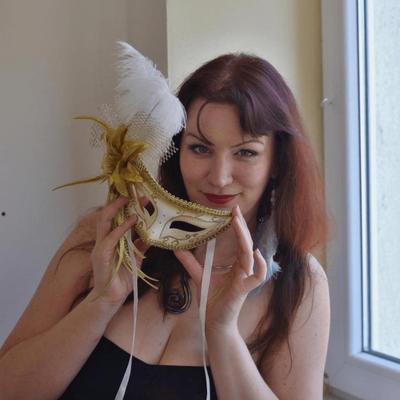 Nina se zlatou maskou